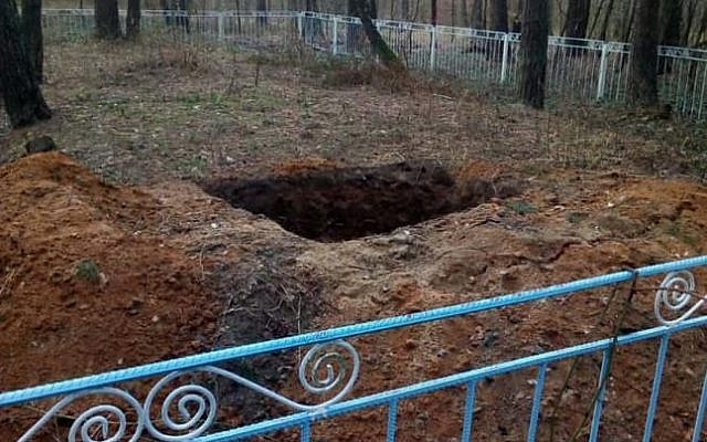 Eduard Dolinsky, the director of the Ukrainian Jewish Committee, posteda photograph on Facebook showing a gaping hole in centre of the fenced area demarcating the killing pit.