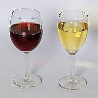 Red and white wine. (A.Savin (Wikimedia Commons · WikiPhotoSpace))