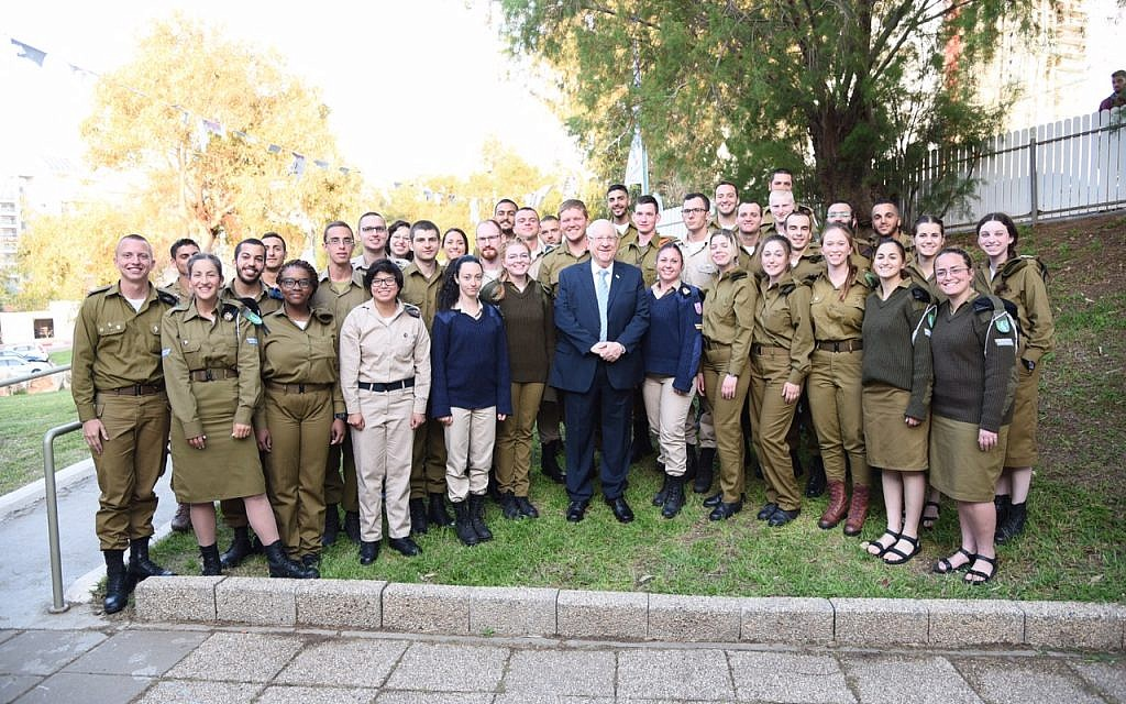 Israeli President Reuven Rivlin has seder with 400 lone soldiers