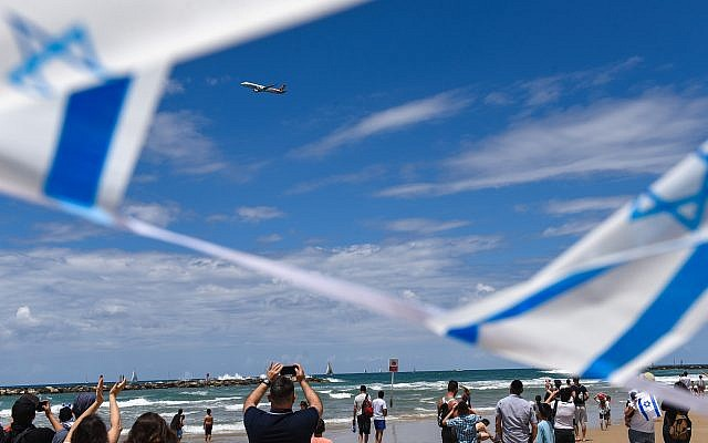 People watch the military airshow on Israel's 71st Independence Day in Tel Aviv on May 9, 2019. Photo by: JINIPIX