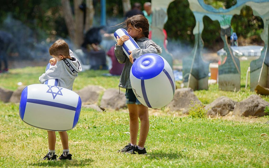 Israelis play with baloons during the celebrations of the 71st Independence Day in the northern city of Kiryat Shmona, May 9, 2019. Photo by: JINIPIX