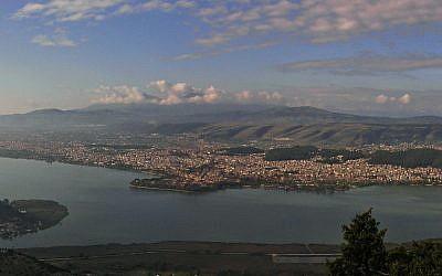 View of Lake Pamvotis and the city of Ioannina. (Wikipedia/UserAle30307)