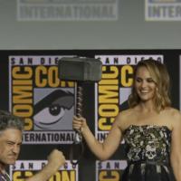 Natalie Portman accepting Thor's hammer (Screenshot from Variety - https://www.youtube.com/watch?v=40OqrZQuDIM)