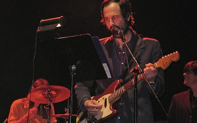 David  Berman performing with Silver Jews at Webster Hall in 2006 (Wikipedia/Reuben Strayer - https://www.flickr.com/photos/cutey5/114389143/)