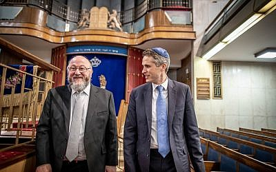 Gavin Williamson and the Chief Rabbi (Credit:  Eli Itkin)