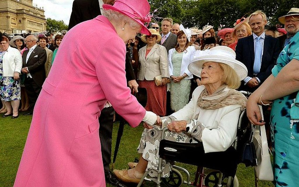 Gena Turgel meeting the Queen in Buckingham Palace in 2015
