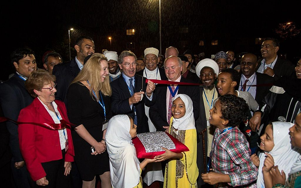 Cutting the ribbon for the new Somali-Bravanese community centre.   (Credit: Abdul Datoo)