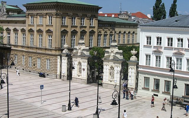 Main gate to the University of Warsaw. A view from Institute of Philosophy. (Wikipedia/Minimus)