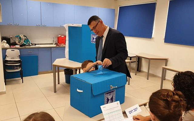Gideon Sa'ar casting his vote in October