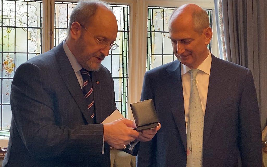 David Dangoor (right) receiving the Sternberg Interfaith Gold Medallion (Credit: Daniel Dangoor)