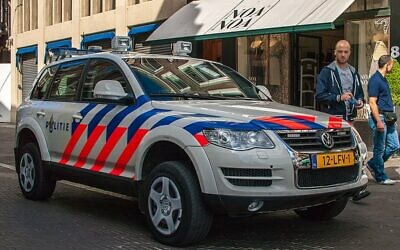 Dutch police car in the Hague (Wikipedia/Author: Frans Berkelaar/Source:https://www.flickr.com/photos/28169156@N03/22525190646/)