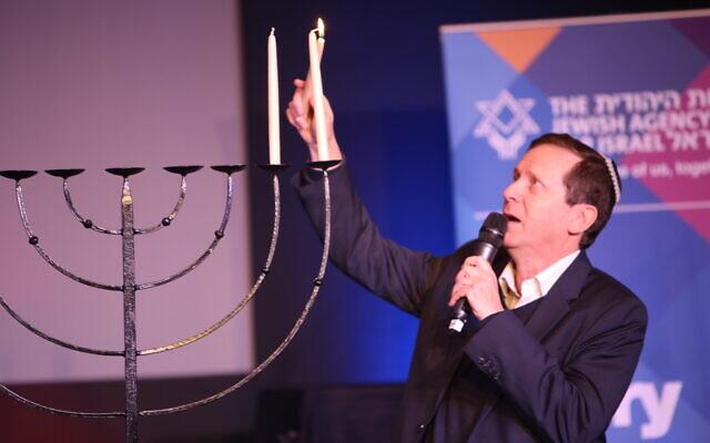 Isaac Herzog lighting the Chanukiyah at Limmud Festival (Limmud Flickr account/Jonathan Hunter)