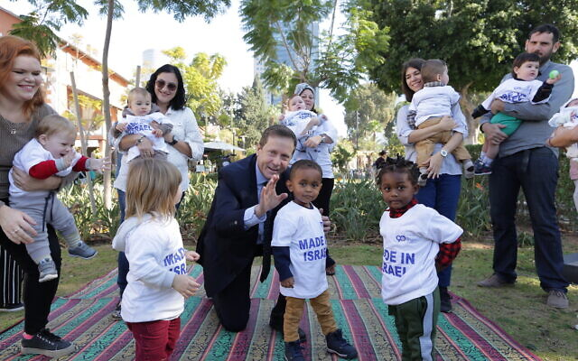 Jewish Agency chairman Isaac Herzog with immigrants to Israel from the last decade, and their young children.