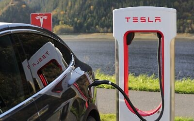 Tesla model X supercharging (Credit: Pixabay)