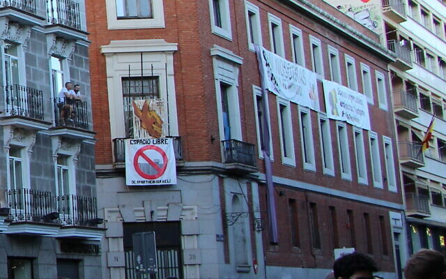 'The Ungovernable' building in Madrid.   (Wikipedia/Author: HazteOir.org. Source: https://www.flickr.com/photos/hazteoir/48229330572/in/album-72157709405047136/ (CC BY-SA 2.0 ES)/ https://creativecommons.org/licenses/by-sa/2.0/es/deed.en)