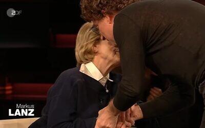 Atze Schröder, embraces Auschwitz survivor Eva Szepesi on the popular Markus Lanz talk show (Screenshot from Youtube)