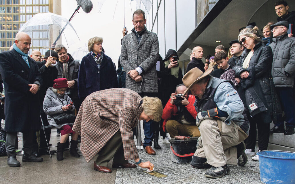 Bobby Lax with his mother Evelyn, Prof. Monika Grütters, Mathias Döpfner, Friede Springer and Gunter Demnig at the installation of the Stolpersteine at publisher Axel Sringer