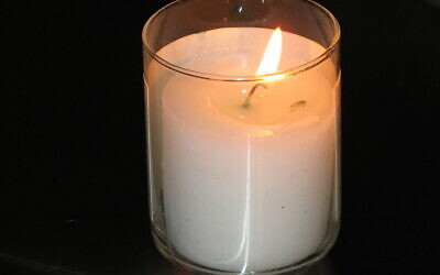 Yahrzeit candle (Wikipeida/AuthorElipongo/)