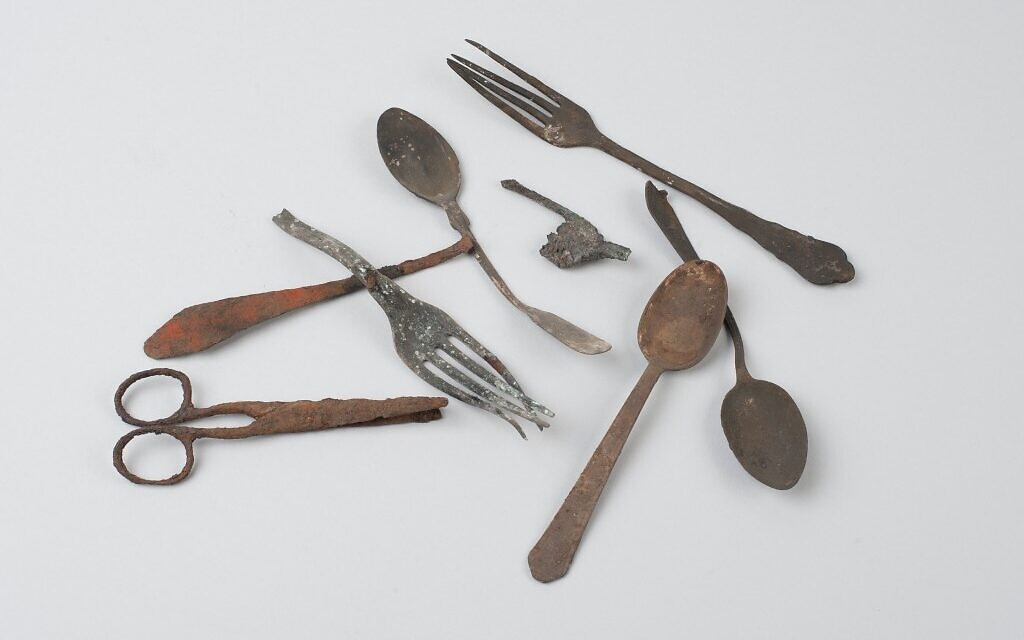 Objects discovered in Block 17 in Auschwitz I. Photo: Marcin Inglot / Auschwitz Museum