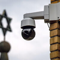 A surveillance camera can be seen next to a Star of David (Photo: Hendrik Schmidt/dpa-Zentralbild/dpa)