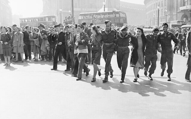 Civilians and service personnel in London celebrating V-J Day on August 15, 1945 (Wikipedia/ © IWM / © Crown Copyright: IWM)