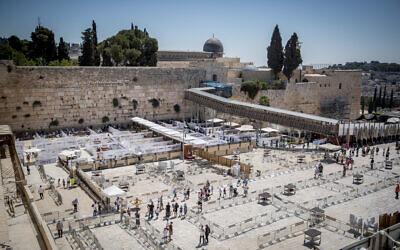 View of the Westren Wall, Judaism's holiest prayer site in the Old City of Jerusalem, August 25, 2020. Photo by Yonatan Sindel/Flash90 *** Local Caption *** חרדי ירושלים העיר העתיקה כותל כתל מתפלל יהודים