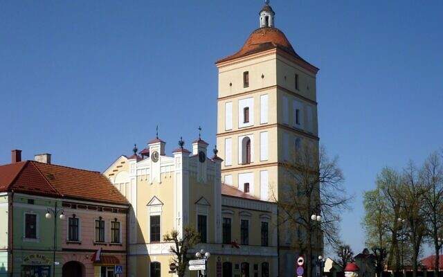 Town Hall and market square in Leżajsk (Wikipedia/ AuthorKrzysztof Dudzik (User:ToSter) / Attribution-ShareAlike 3.0 Unported (CC BY-SA 3.0)  https://creativecommons.org/licenses/by-sa/3.0/legalcode)