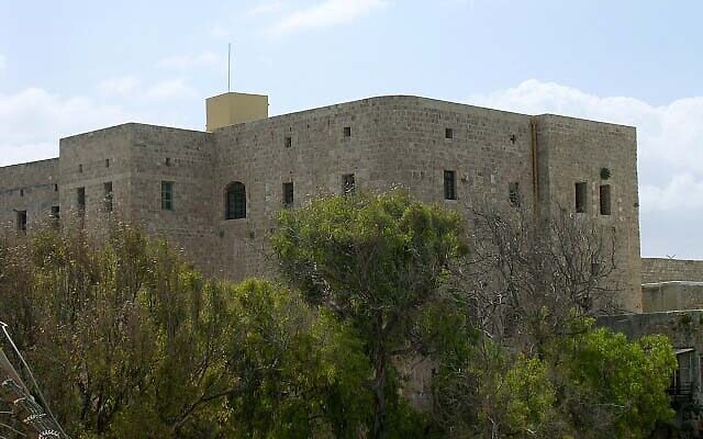 Acre Prison as it is today (Wikipedia/ Source: http://www.arashcity.com/PilgrimagePictures.htm/ Author: Arash Hashemi / Attribution-ShareAlike 2.5 Generic (CC BY-SA 2.5)  https://creativecommons.org/licenses/by-sa/2.5/legalcode )