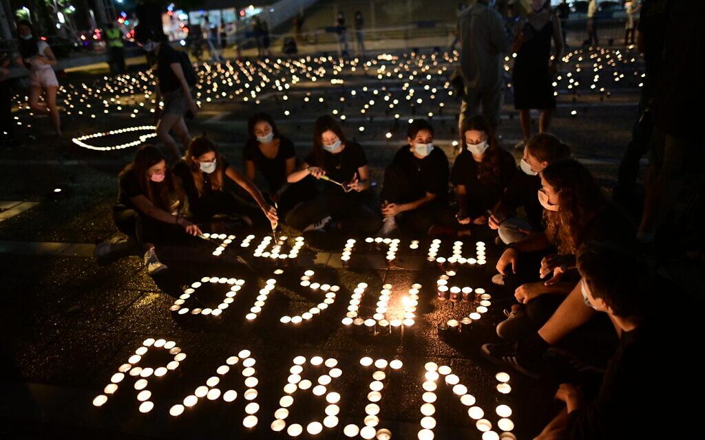 Israelis light candles, as part of a display of 25,000 memory candles in honor of the 25th Memorial Day for the assassination of late Prime Minister Yitzhak Rabin, at Rabin Square in Tel Aviv on October 29, 2020. Photo by Tomer Neuberg/Flash90 *** Local Caption *** éåí æéëøåï éöç÷ øáéï ëéëø æëø ðøåú 25 ùðä