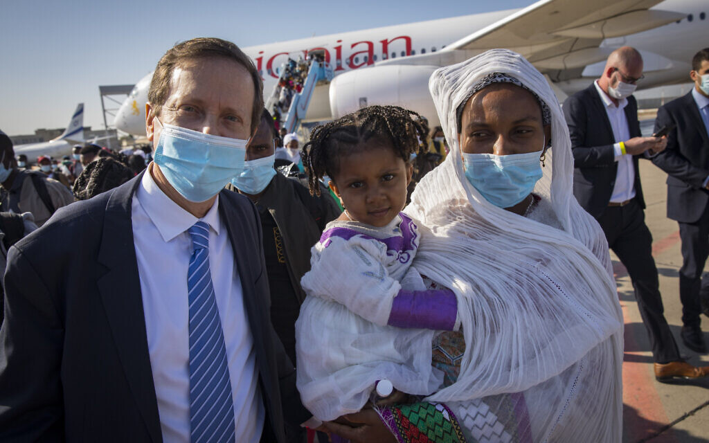 Jewish Agency Chairman Isaac Herzog with new Ethiopian olim (Credit: Olivier Fitoussi, courtesy of The Jewish Agency for Israel)