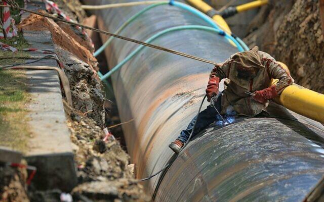 Man fixing a pipeline (Photo by SELİM ARDA ERYILMAZ on Unsplash)