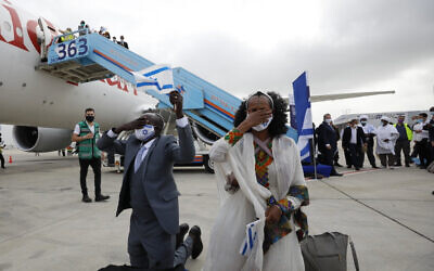 Ethiopian olim pray on the tarmac after their flight landed on Thursday (Photo: Olivier Fitoussi)