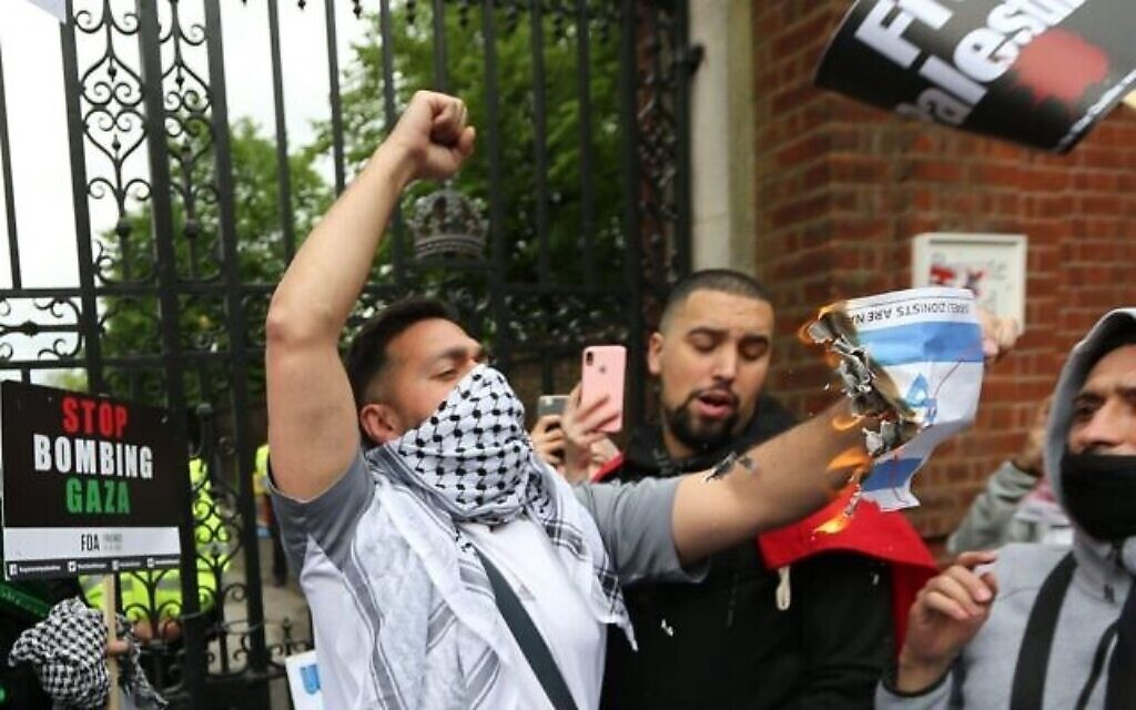 2FNAN1R London, England, UK. 15th May, 2021. Protesters outside the Embassy of Israel in London. Tens of thousands of protesters marched to the embassy form Hyde Park in solidarity with Palestinians as Israeli attacks on Gaza continues. Credit: Tayfun Salci/ZUMA Wire/Alamy Live News