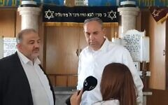 Mansour Abbas visited the synagogue with Lod's mayor, Yair Revivo (Photo: Facebook)