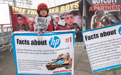 Protest against Hewlett Packard over its contracts with Israel.  Credit: Peter Marshall/Alamy Live News