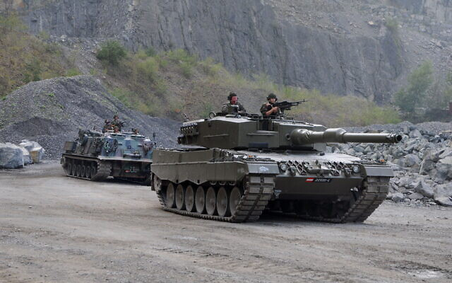 Leopard 2 and M88 Recovery Vehicle of the 14th Tank Battalion, Austrian Army (Wikipedia/ Author and source: Authorböhringer friedrich/ Attribution-ShareAlike 2.5 Generic (CC BY-SA 2.5)  https://creativecommons.org/licenses/by-sa/2.5/legalcode)