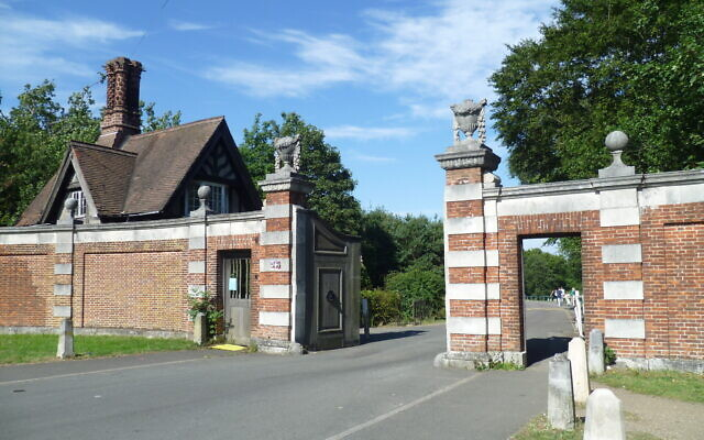 The main entrance to Trent Country Park. (Wikipedia/AuthorPhilafrenzy/  Attribution-ShareAlike 4.0 International (CC BY-SA 4.0)  https://creativecommons.org/licenses/by-sa/4.0/legalcode)