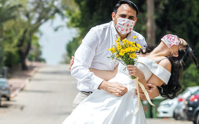 Jewish couple tie the knot with masks in the peak of last year's first wave.   Photo by Yossi Aloni/Flash90
