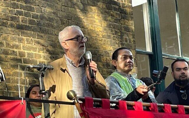 Hazuan Hashim alongside Jeremy Corbyn at the event (Via @corbyn_project on Twitter)