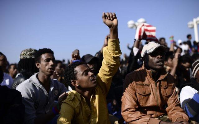 Migrants from Eritrea and Sudan protesting Israel's refusal to grant them refugee status outside the U.S. Embassy in Tel Aviv, Jan. 6, 2014. (Tomer Neuberg/Flash90)