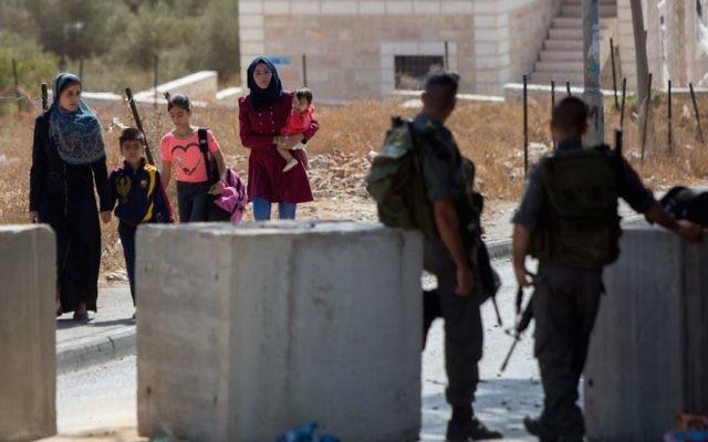 Israeli Border Police guarding a checkpoint in the eastern Jerusalem neighborhood of Jabel Mukaber, Oct. 15, 2015. (Yonatan Sindel/Flash90)