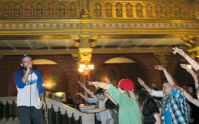 American rapper Kosha Dillz performs at the Tempel Synagogue. (Ruth Ellen Gruber)