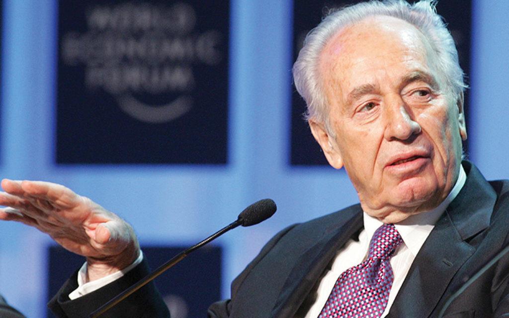 Shimon Peres speaks at a World Economic Forum in Davos, Switzerland, on January 28, 2005. (Marcel Bieri)