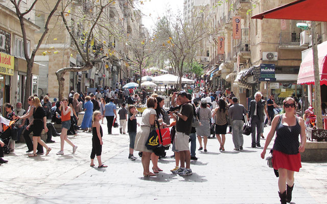 The Ben Yehuda Street pedestrian mall in downtown Jerusalem is packed with tourists and local shoppers. (Yoninah/Wikimedia Commons)