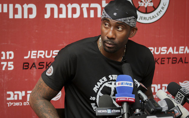 Amar'e Stoudemire speaking at a news conference in Jerusalem, Aug. 8, 2016. (Flash90)