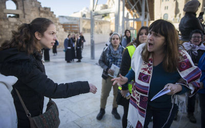 Protestors confront members of Women of the Wall at the Western Wall in Jerusalem, Dec. 1, 2016. (Hadas Parush/Flash90)