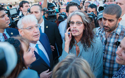 David Friedman, left, ran into Steven Tyler at the Western Wall on May 15, 2017.  (Rob Ghost/Flash90)