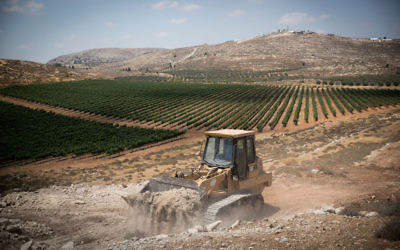 Construction beginning in the West Bank on the new Israeli settlement Amichai meant for the evacuees of the Amona outpost, June 20, 2017. (Yonatan Sindel/Flash90)