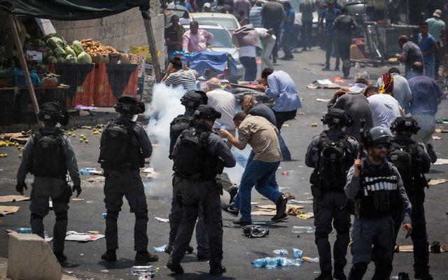 Israeli police and Palestinians clash in eastern Jerusalem, July 21, 2017. (Hadas Parush/Flash90)