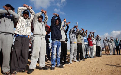 African migrants protesting outside the Holot detention center in the Negev Desert, Feb. 17, 2014. (Flash90)